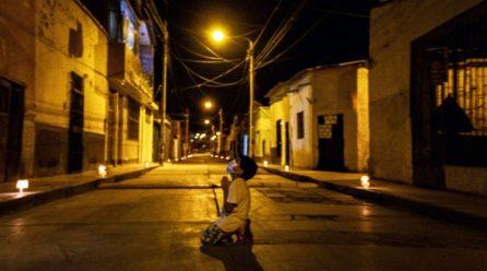 Cậu bé sáu tuổi cầu nguyện trong đêm xin cho đại dịch mau qua