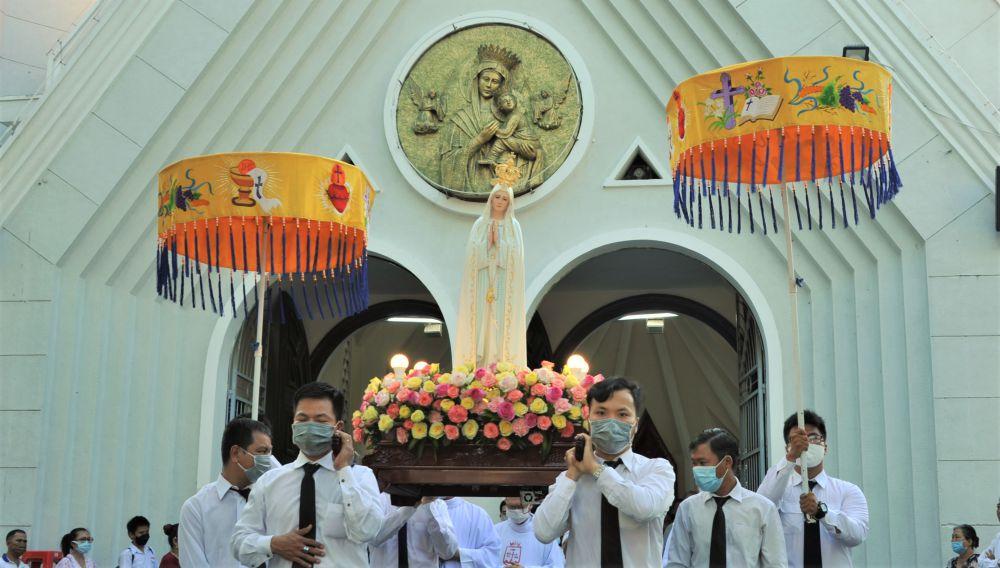 Kiệu Đức Mẹ quanh Đền Đức Mẹ và Tu Viện Dòng Chúa Cứu Thế sài Gòn